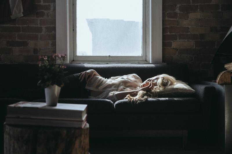 ソファーで眠る女性